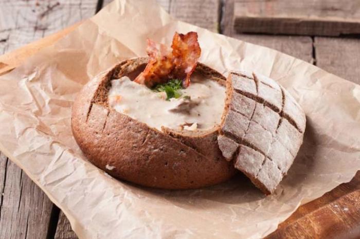 Сырный суп в хлебе. \ Фото: foodandmood.com.ua.