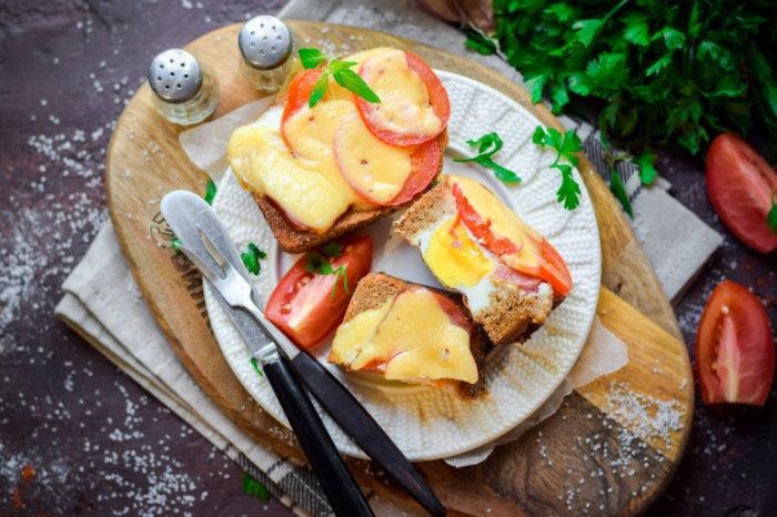 Яичница в хлебе с сыром и помидорами. \ Фото: vilkin.pro.
