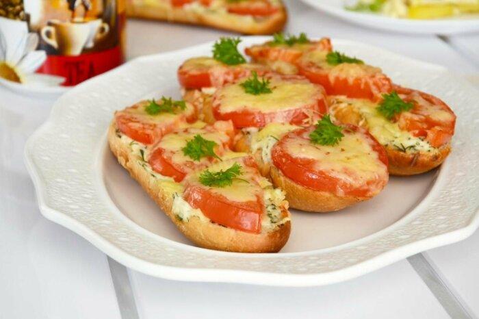 Горячие бутерброды с сыром и помидором. \ Фото: