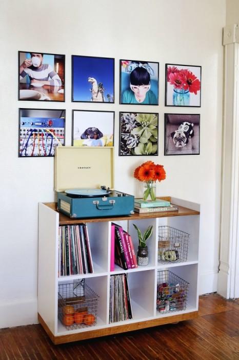 Распечатайте свои любимые снимки из соц. сетей и украсьте ими стену. Или используйте для декора старые фотографии, которые наверняка пыляться в фотоальбомах.