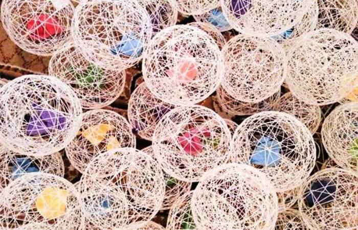 Такими очаровательными шариками вы можете украсить свой дом. Кстати, есть множество разных вариантов использования такого декора — их можно подвесить к потолку, положить на стол, сделать гирлянду или даже светильник.
