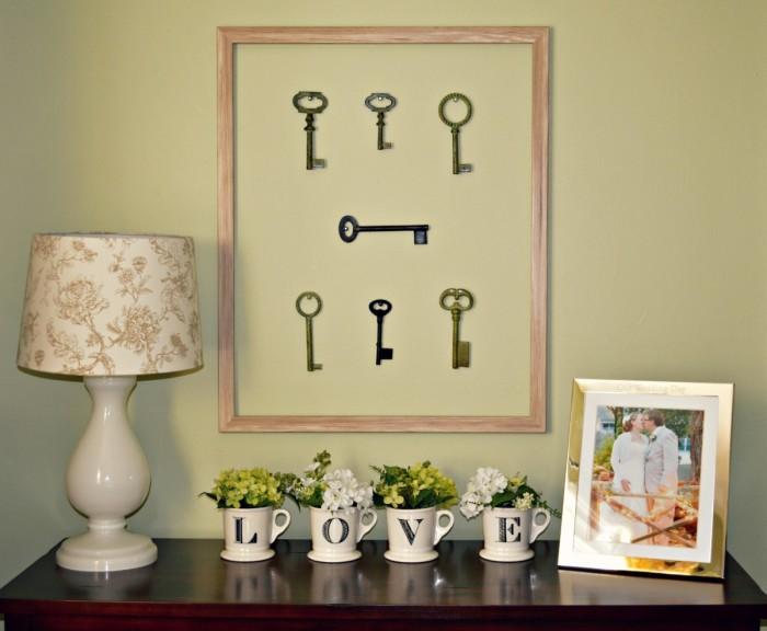 Соберите все старые ключи и соорудите из них необычное панно. Это вдохнёт в ваш интерьер нотку ностальгии по былым временам.