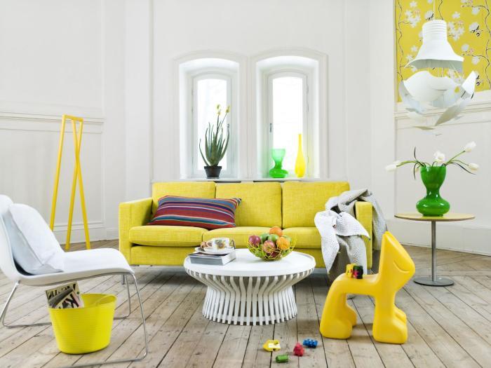 Гостиная. Достаточно разбавить спокойную обстановку ярким диваном и комната засияет по-новому.