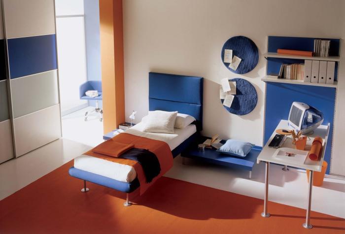 Цвета-компаньоны наполнят спальню энергией, а за счёт сочетания тёплых и прохладных оттенков достигается температурный баланс.