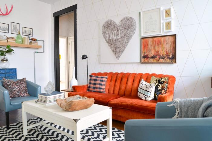 Лучшее место для яркого акцента – мягкая мебель: диван, кресла, пуфы.