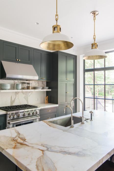 Латунные и медные светильники отлично дополнят обстановку из мрамора, полированного бетона и современной мебели.