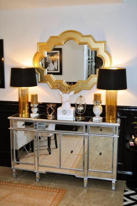 Зеркала, светильники и шкафы - прекрасные элементы декора.