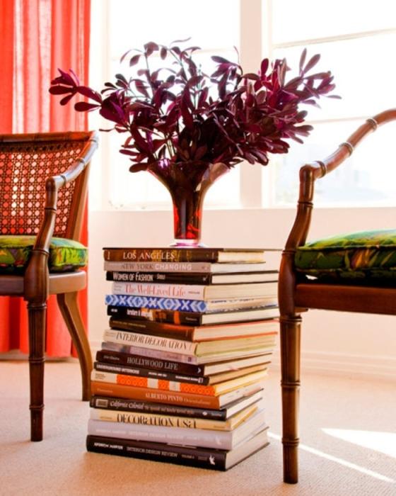 Не спешите выбрасывать старые книги, из них может получиться симпатичный столик, на котором можно разместить от вазы до часов и прочих мелочей.