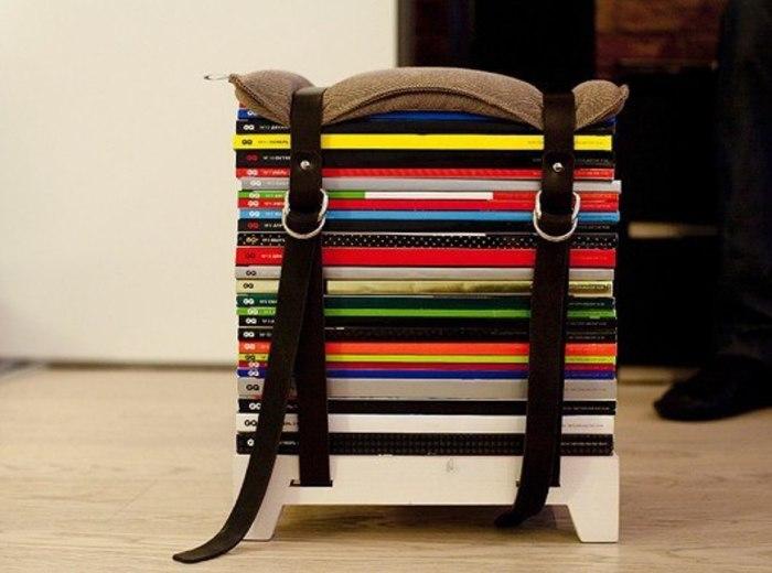 Используйте старые журналы и ремни для стяжки. И у вас получится вот такой яркий табурет для прихожей или же балкона.