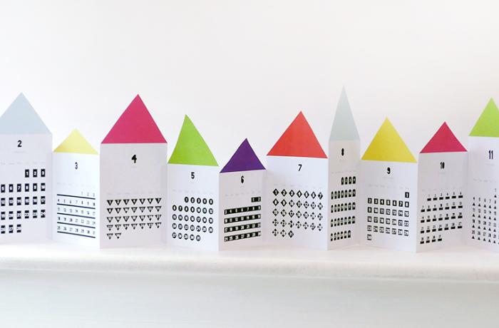 Даже такая простая вещь, как календарь, может стать ярким элементом декора. Посмотрите на эти симпатичные домики. Они прекрасно будут смотреться в любой комнате.