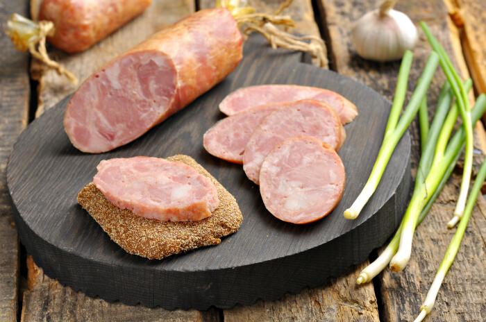 Мраморная домашняя колбаса. \ Фото: pinterest.at.
