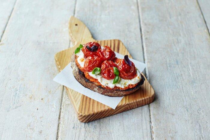 Горячие бутерброды с помидорами и  сыром. \ Фото: twitter.com.