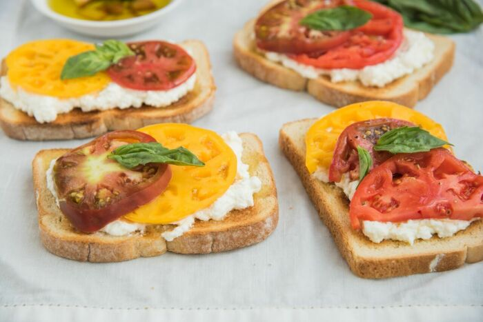 Бутерброды с сыром и помидорами. \ Фото: mealthy.com.