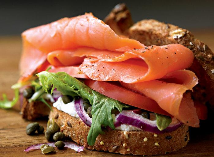 Бутерброды с лососем и сыром. \ Фото: eatthis.com.