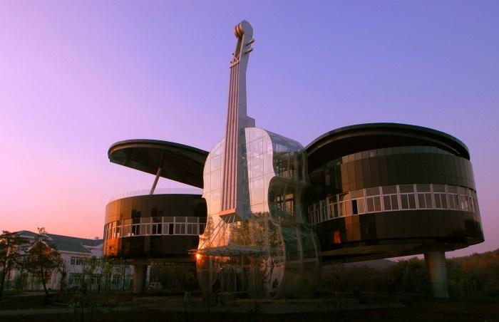 Дом «Рояль со скрипкой» выглядит очень эффектно в любое время суток.