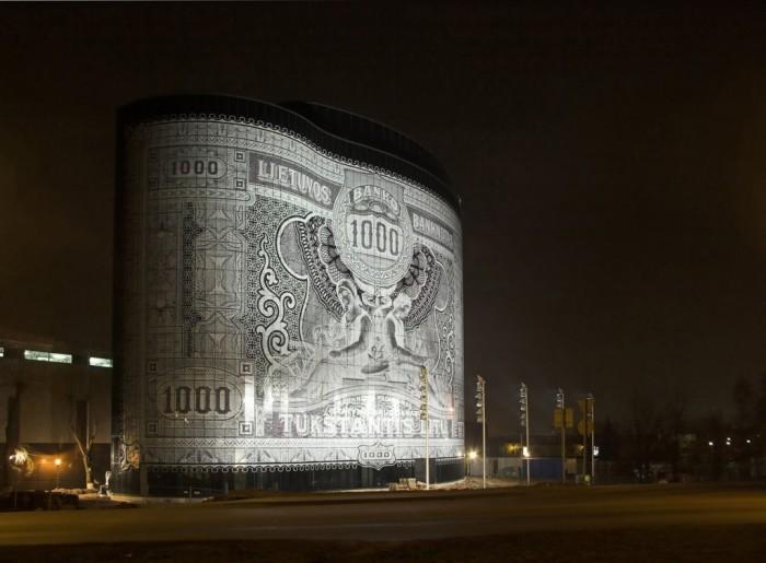В качестве рисунка выступает купюра в 1000 лит образца 1926 года.