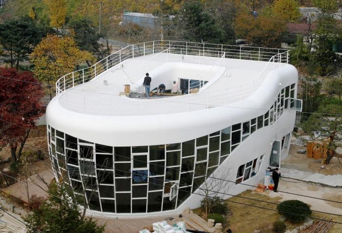 Господин Сим Дже-Дуку был председателем и основателем Всемирной Туалетной Ассоциации и для продвижения идеи важности улучшения санитарных условий туалетов построил этот 2-х этажный дом в 2007 году.