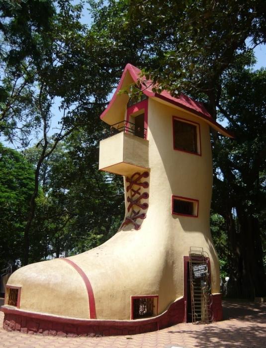 Индийские архитекторы также постарались объединить дизайн с обувью, спроектировав необычный дом-ботинок.