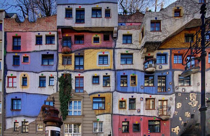 Разноцветный дом в Вене — один из них. Здесь вы не найдете двух окон одинаковых форм и размеров.