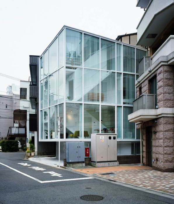 Проект разработал архитектор Су Фуджимото, стремящийся с помощью прозрачных стен создать дом, объединяющий всех соседей.