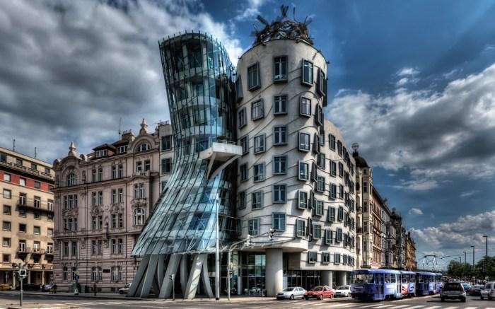 Башни этого строения изображают танцующую пару – «мужчина» стоит прямо, а «женщина» эффектно прогибается назад.