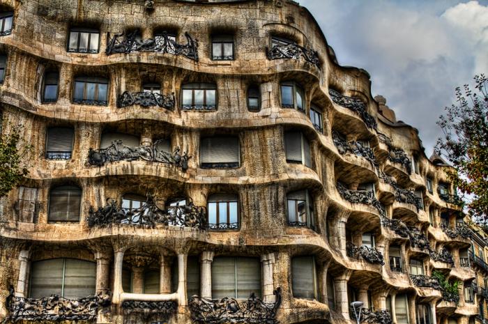 Уникальное здание оснащено современной системой вентиляции, лифтами и подземной парковкой, что делает его ещё более необычным в своём роде.