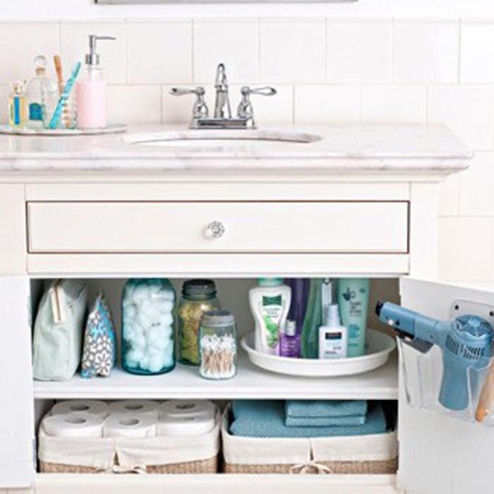 Используем баночки с закруткой для хранения ванно-банных принадлежностей и декоративные мешочки для салфеток, полотенец и бумаги.