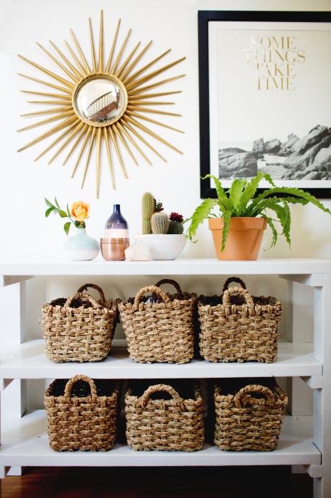 Используем плетёные корзинки разных форм. Практично, красиво и компактно.