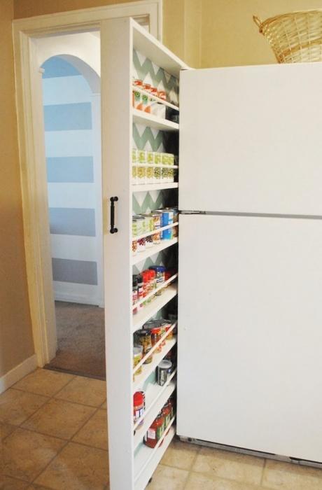 Размещение кухонных принадлежностей в выдвижном шкафу не только практично для хранения посуды, но и способно здорово сберечь место на кухне.