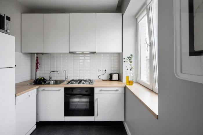 Лучше всего подойдут кухонные комплекты популярной Г-образной планировки. В таком случае одна сторона комплекта упрётся в окно или стену, а другая – закончится холодильником.