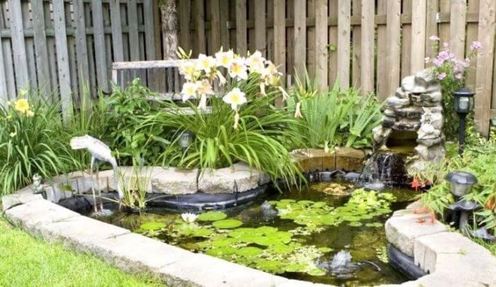 Небольшой водопад добавит вашей водяной клумбе большей изящности.