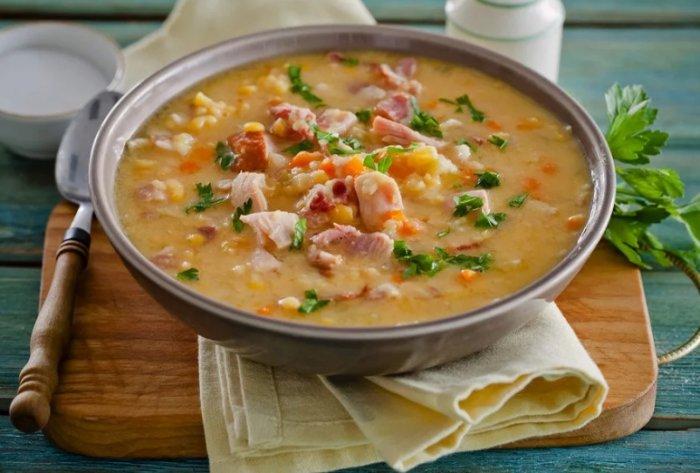 Перловый суп с копчёностями. \ Фото: izirecept.ru.