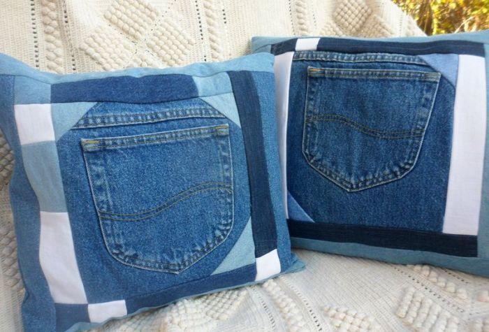 Подушки из старых джинсов. \ Фото: pinterest.com.