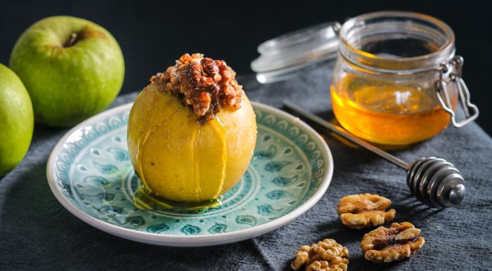 Яблоки с орехово-овсяной начинкой. \ Фото: gastronom.ru.