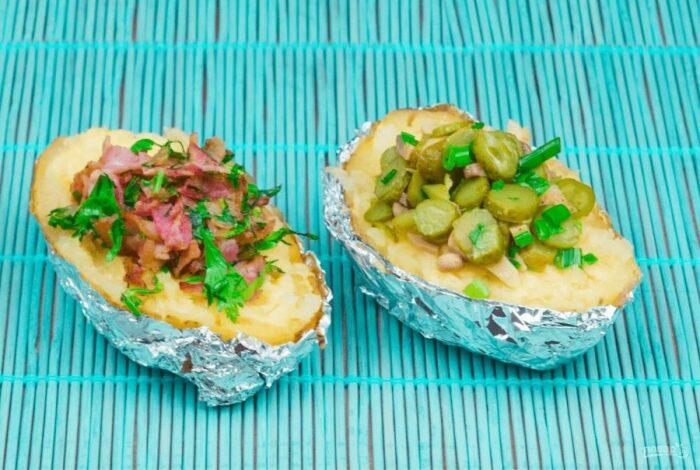 Картофель, фаршированный крабовыми палочками и огурчиками. \ Фото: yandex.ua.