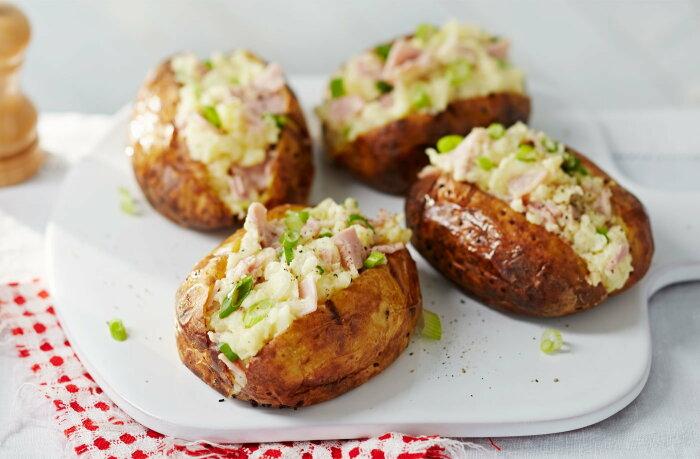 Печёная картошка с крабовыми палочками. \ Фото: realfood.tesco.com.