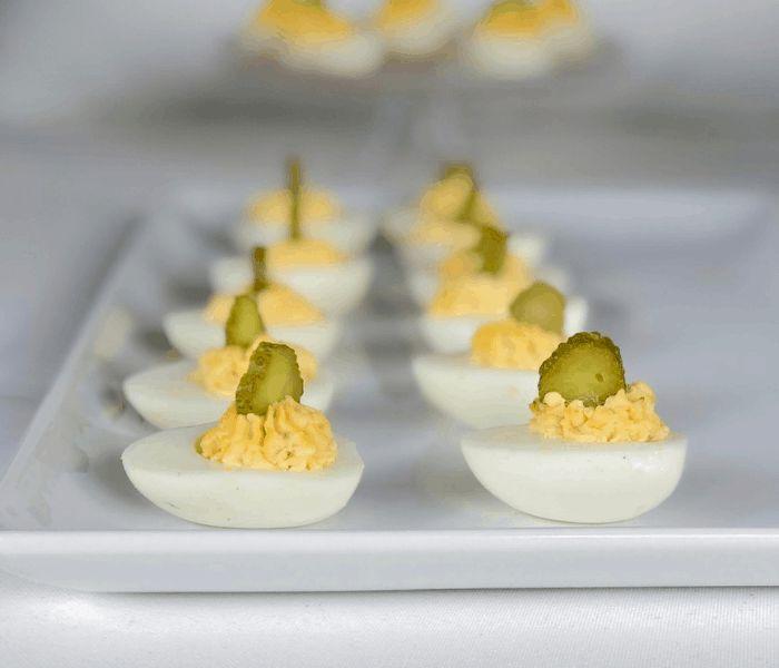 Яйца, фаршированные картофелем и огурцами. \ Фото: in.pinterest.com.