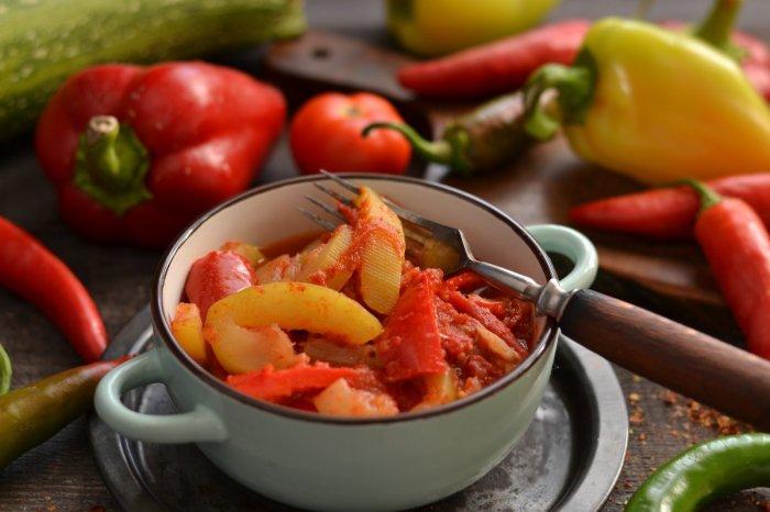 Тушёные кабачки с перцем и помидорами. \ Фото: botanichka.ru.