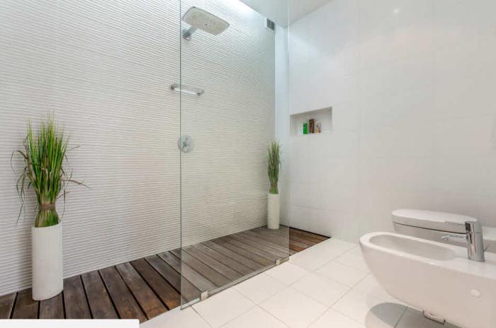 Крупный светлый кафель на стенах и полу.