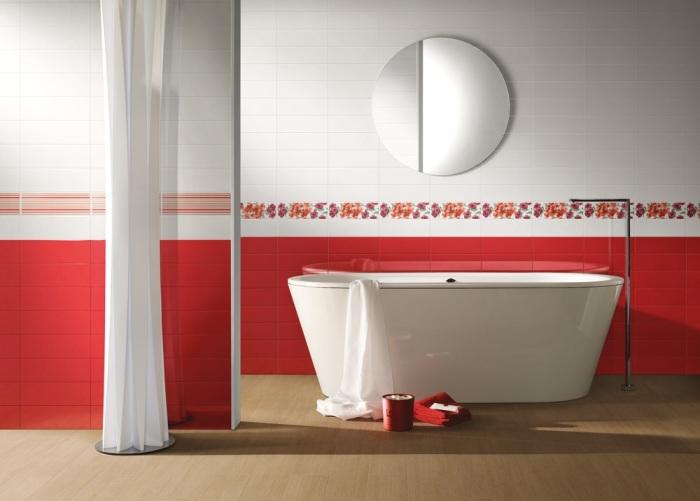 Красная плитка в дизайне ванной.