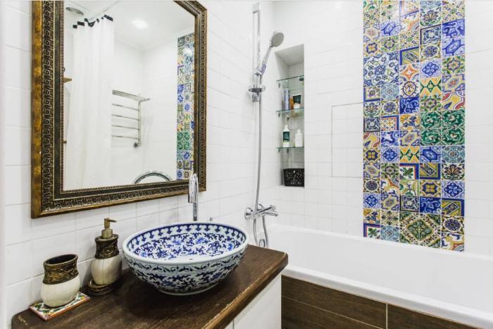Ванная комната с ярким орнаментом на стене.