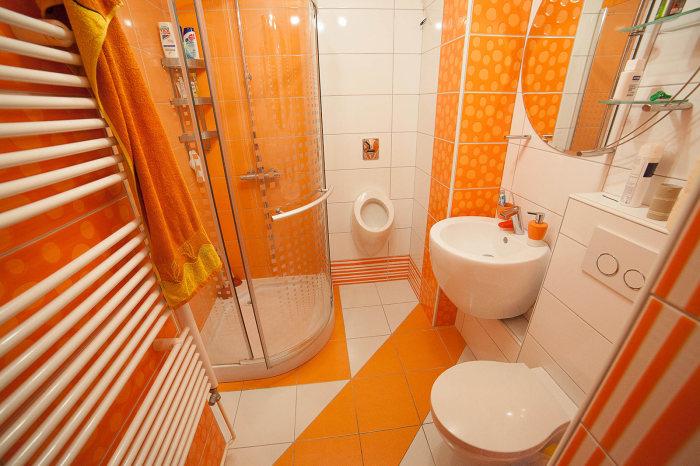 Ванная в апельсиновых оттенках.