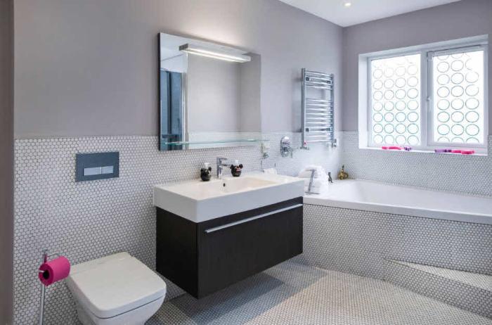 Мозаика на полу и на стенах ванной комнаты.