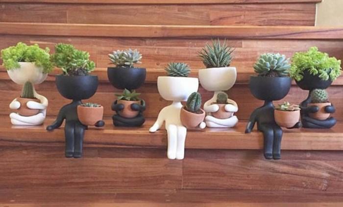 Вот такие вот горшочки в виде человечков станут прекрасным украшением не только для растений, но и для интерьера.