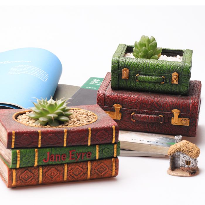 Так же, можно использовать старые шкатулки или маленькие чемоданчики.