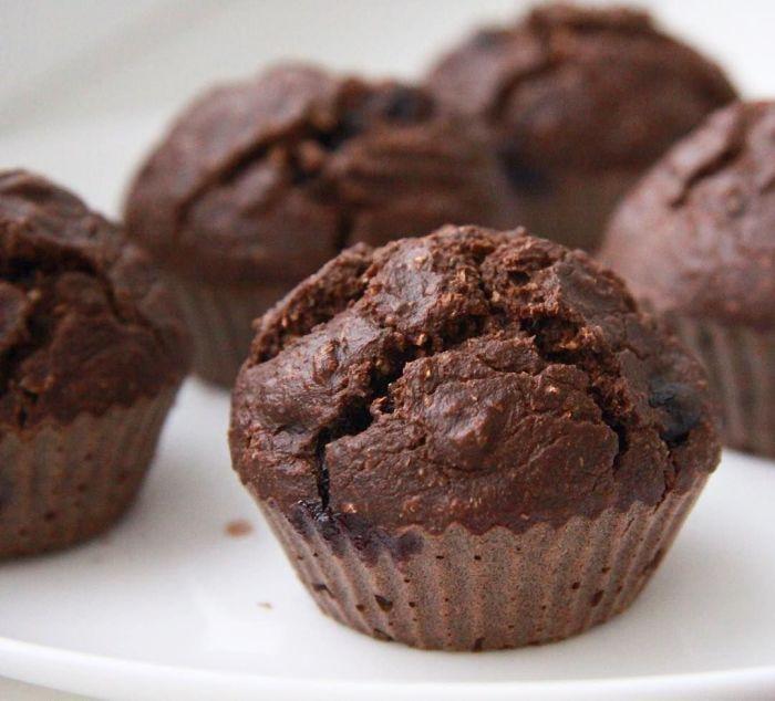 Шоколадно-вишнёвые кексы. \ Фото: pinterest.com.
