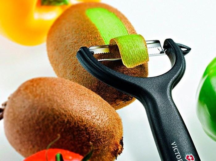 Чистим киви при помощи овощечистки так, как показано на картинке. \ Фото: google.com.ua.