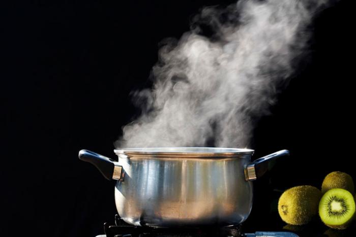 Просто окуните киви в кипящую воду на 30 секунд. \ Фото: google.com.ua.