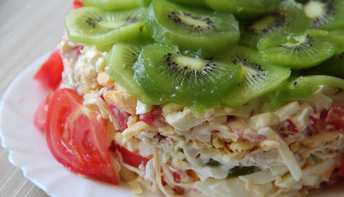 Восхитительный тёплый салат с курицей и киви. \ Фото: ъja-gotovlu.ru.