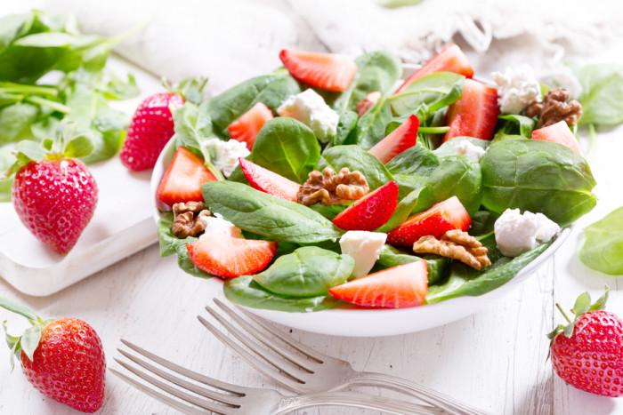 Летний салат из клубники. \ Фото: google.com.ua.
